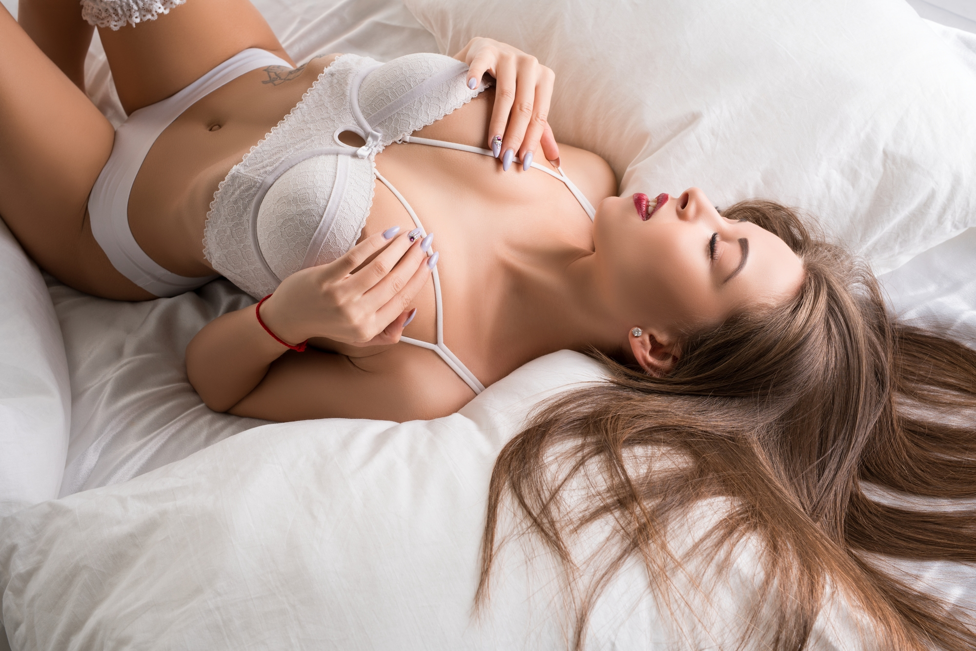 セクシーなランジェリーを着用している女性