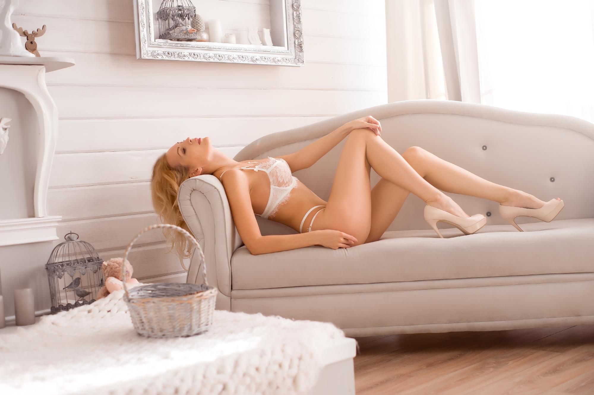 ソファの上で寝る女性