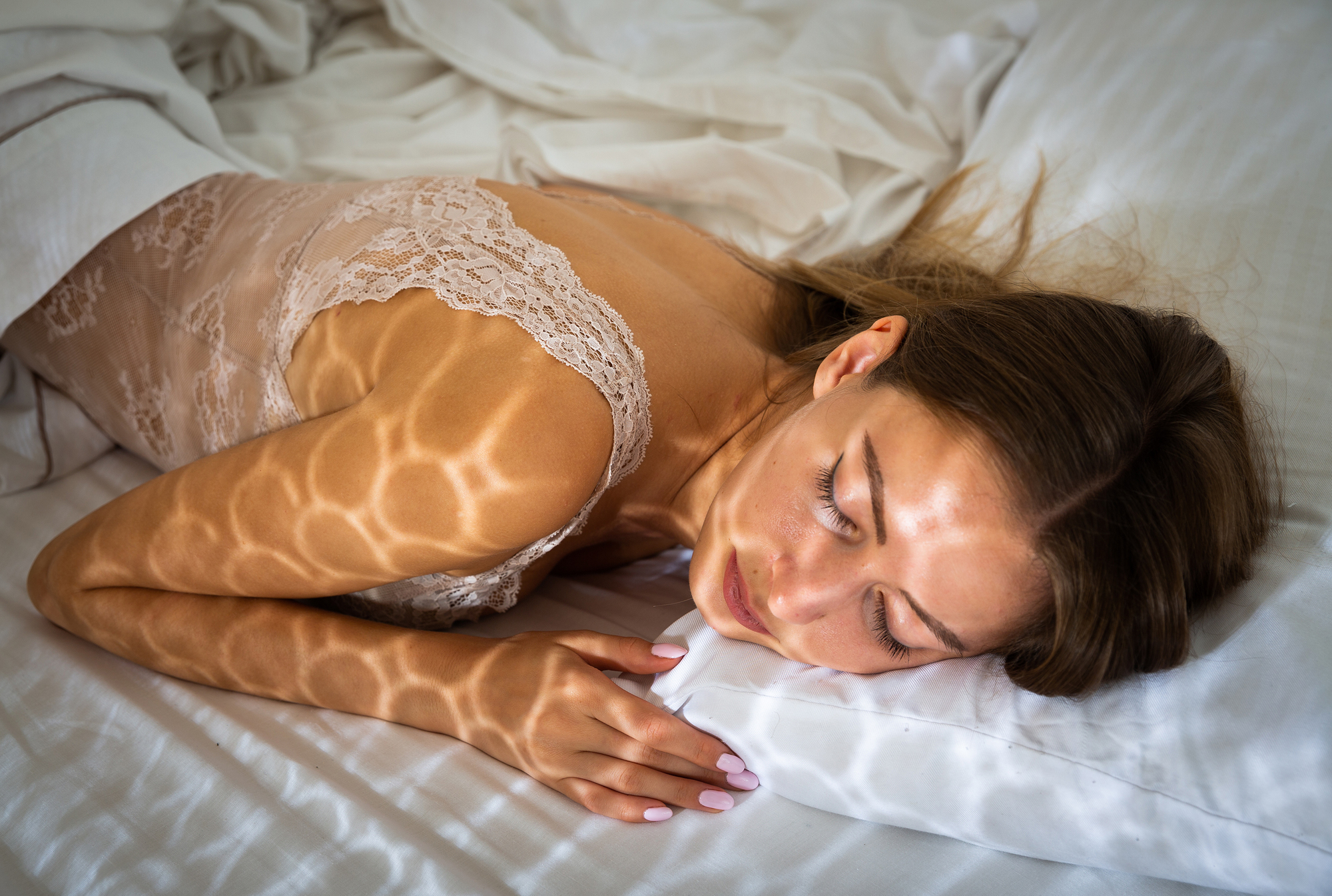 女性がベッドの上で寝ている